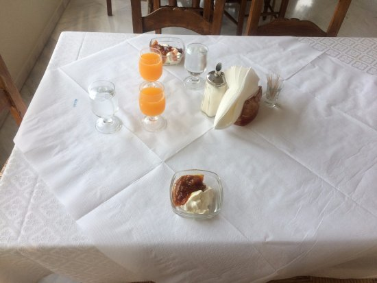 Hotel Pelops: Il tavolo per la colazione.