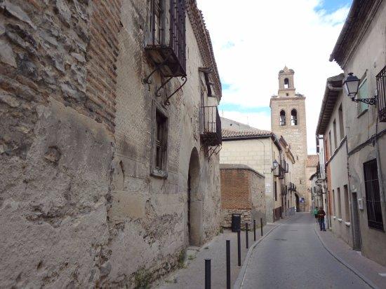Arevalo, Spain: Надвратная церковь по дороге к замку