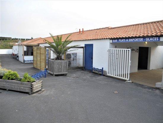 La Gueriniere, France: Batiment piscine et coiffeur