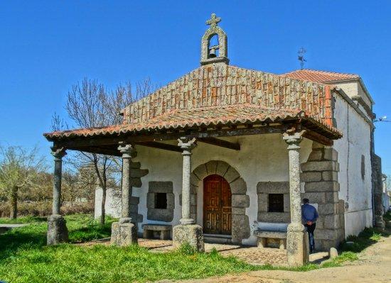 Ermita de Endrinal que se encuentra justo enfrente del restaurante.