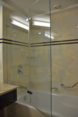 The Westin Zagreb: Tub and shower in standard size room