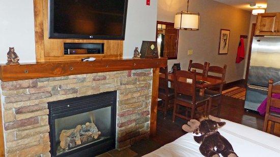 Teton Village, Ουαϊόμινγκ: Fireplace, HD TV and table