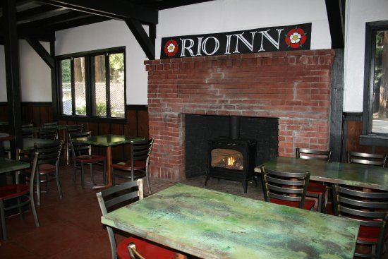 Guerneville, CA: Cozy dining room with fire place.
