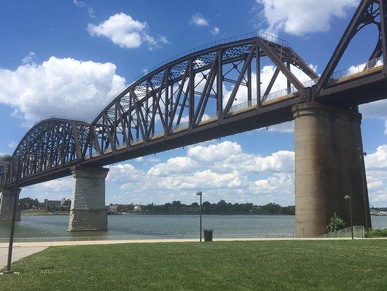 Louisville Waterfront Park : The Big Four pedestrian bridge.