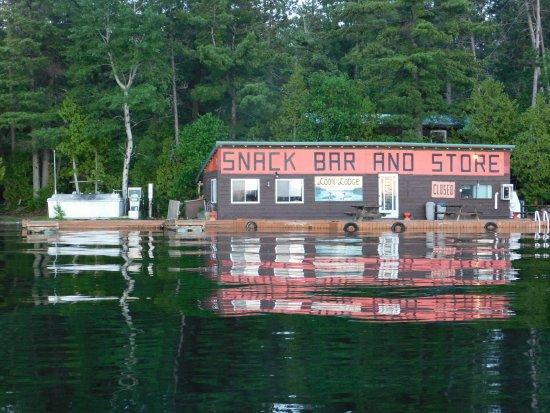 Temagami, Kanada: Loon Lodge - Snack Bar & Store / front dock