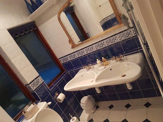 Sea Breeze Bed & Breakfast : Bathroom in Atlantic room