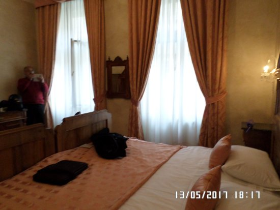 Hotel Caesar Prague: Linda habitación en un buen hotel.
