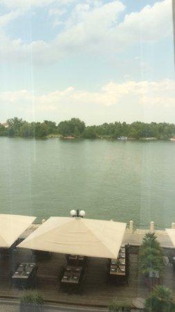 Hilton Vienna Danube Waterfront: Uitzicht vanuit de kamer, terras waar men kan eten, Donau op de achtergrond.