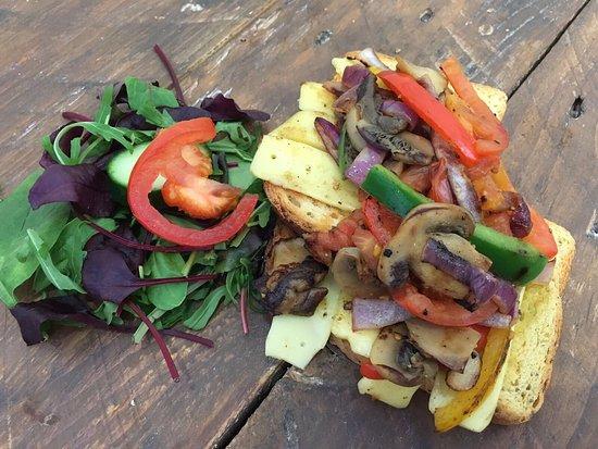 Хартлпул, UK: Vegan cheese and vegetables on toast