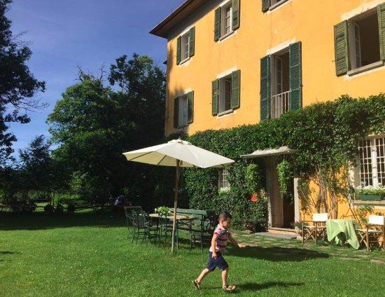 San Fedele Intelvi, Italia: Ingresso, prato con tavolini, ombrelloni e sdraio