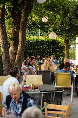 Restaurant Schwarzbrünneli: Unser Garten, Treffpunkt für Jung und Alt.