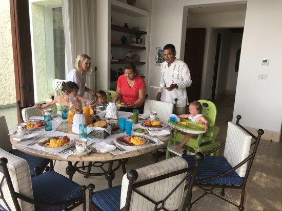 ลาสเวนทานาส อัลปาเรโซ อะโรสวู้ดรีสอร์ท: joel perparing breakfast