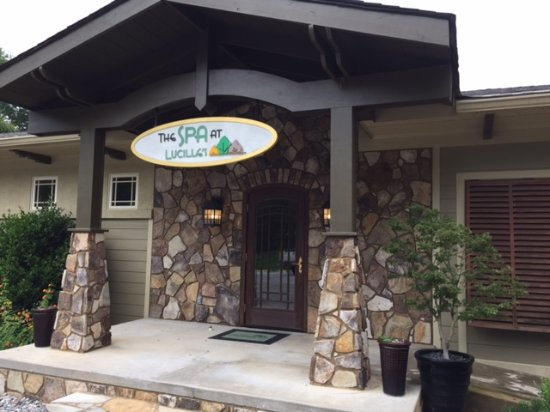 Sautee Nacoochee, GA: Entrance to bliss ... & with full Spa services.Manager Tonya is super.