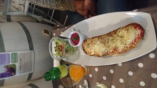 Saint-Estephe, Fransa: Tartine poire gorgonzola et sa salade