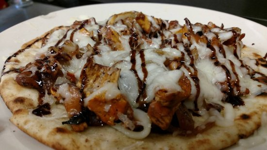 Landrum, Carolina del Sur: Flatbread with local chanterelles, sausage, cheese and balsamic