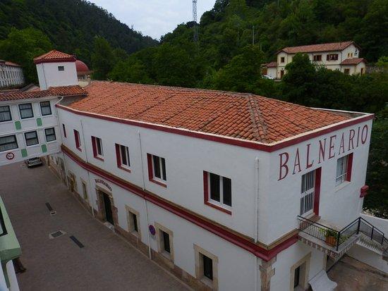 Los Corrales de Buelna, Spain: Balneario.Al fondo estación RENFE (cercanias Santander-Reinosa)