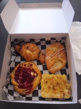 Tehachapi, Californien: Chocolate Croissant, Cheese Danish Raspberry Danish & Lemon Bar