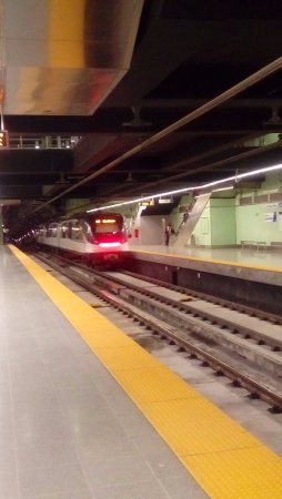 Continental Hotel & Casino : La estación del metro a menos de 5 minutos del hotel y a pie...