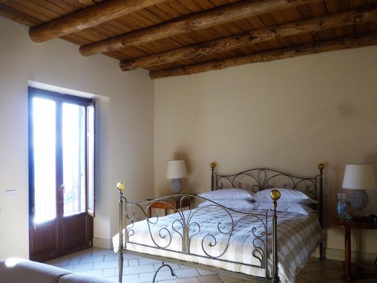 Castiglione di Sicilia, إيطاليا: The bedroom is huge and comfortable. Sofa, TV, internet, air conditioning too. Very quiet.