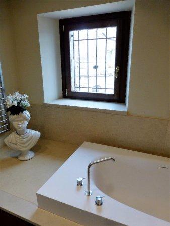 Castiglione di Sicilia, إيطاليا: Partial view of bathroom. Also shower, toilet, bidet, two sinks. Separate large walk in closet.