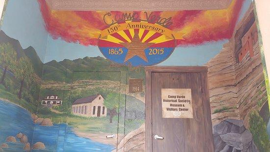 แคมป์เวิร์ด, อาริโซน่า: Front entrance of Visitor Center. Mural by local students and Verde Valley muralist Joan Bourque