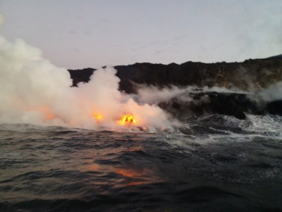 Pahoa, HI: Lava caindo no mar pouco antes do amanhecer