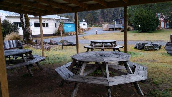 Tongariro Holiday Park: Braai eating area