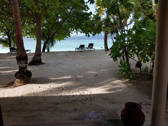 Vilamendhoo Island Resort & Spa: View from our room to the beach.