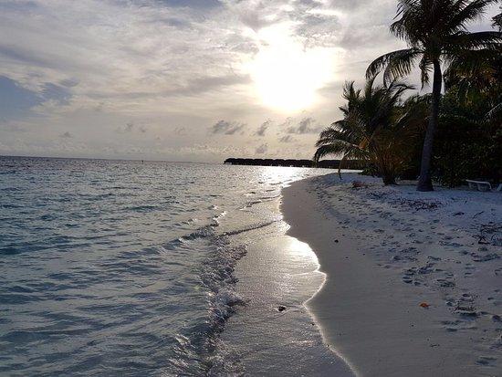 Vilamendhoo Island Resort & Spa: Beach looking towards the huts/spa