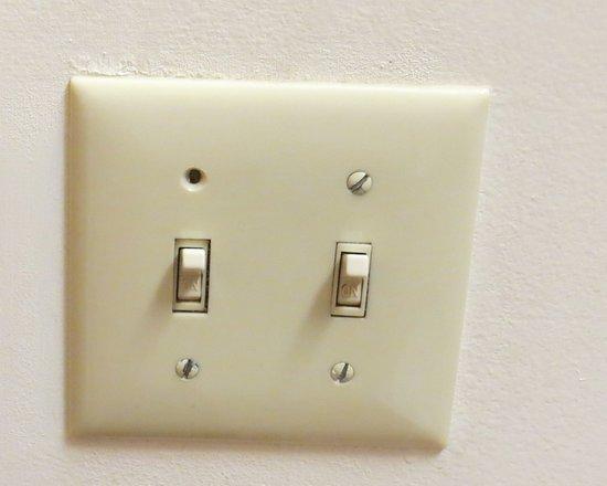 Econo Lodge Inn & Suites Canandaigua: Missing screw .