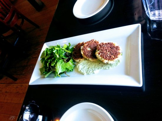 Lummi Island, WA: Crab cakes and even the greens had a wonderful dressing