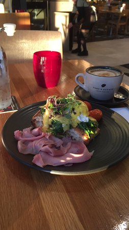 Redcliffe, Australië: Delicious benedict with a flat white