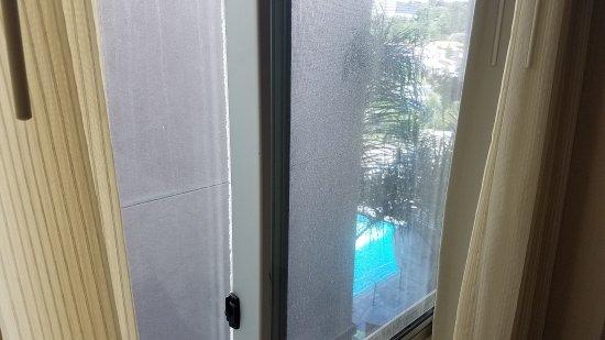 วิสตา, แคลิฟอร์เนีย: Room #313. They call it partially obstructed view. The wall is 3 ft from your window.