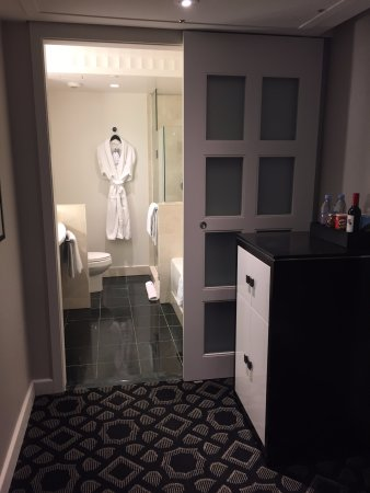 Sofitel Washington DC: View of bathroom from room entryway, fridge to the right