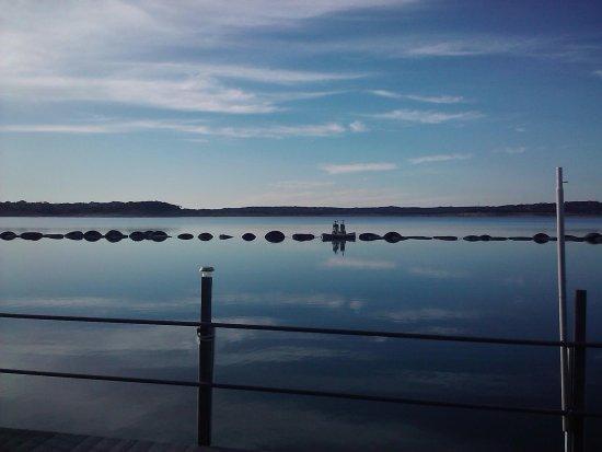 Canyon Lake Marina: Beautiful water, looks like glass