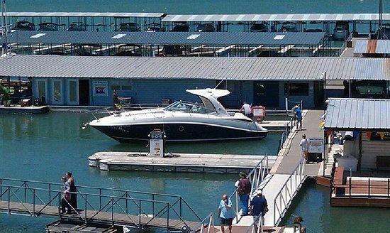Canyon Lake Marina: Nice Boat!