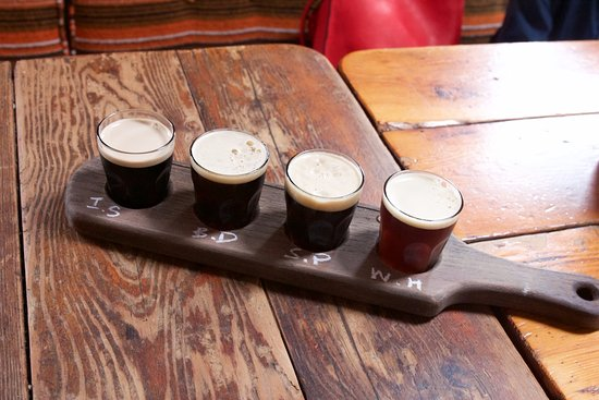 Gibsons, Canada: Beer tasting paddles are available. Note the abundance of darker beers.