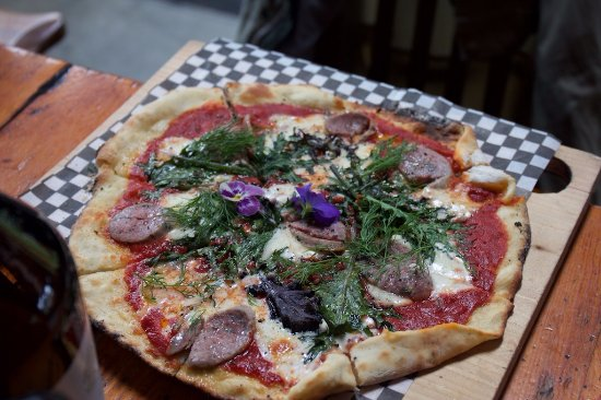 Gibsons, Canada: Clay oven pizza - mozza, tomato, kale, in-house cider, house sausage, and dill fresh picked.