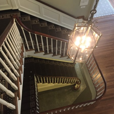Williamsburg Inn: Even the stairs in this hotel are beautiful.