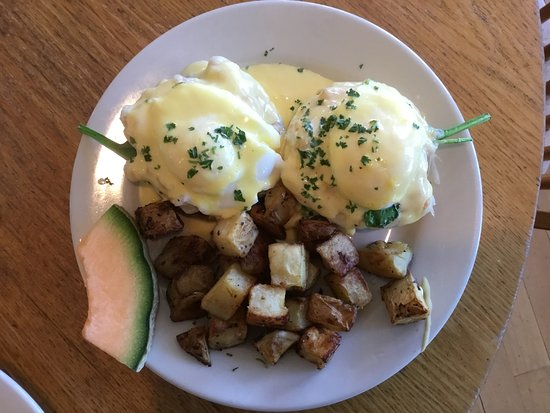 Mae's Cafe: Kennebeck Benedict