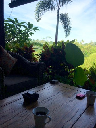 Bidadari Private Villas & Retreat: Little coffee table outside the room overlooking the jungle
