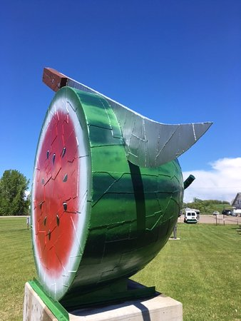 "Vining, MN: The Watermelon took 121 hours and 512 pieces to complete. It weighs 1,000 lbs. and is 11' 6"" tal"