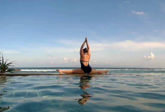 Amarta Beach Cottages : pool yoga :))