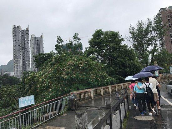 Tongren, Κίνα: 濛濛細雨的搭傘逛街