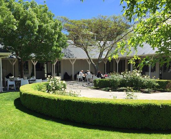 Martinborough, Nowa Zelandia: Palliser Estate Cellar Door, enjoy a platter in the summer sun