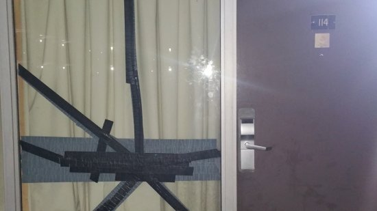 Travelodge by Wyndham Florence: Taped up window