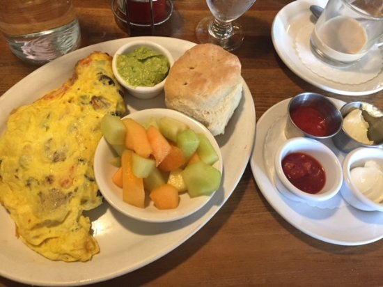 Edmonds, WA: El Sombrero Omelette with guac, salsa, and sour cream on the side!