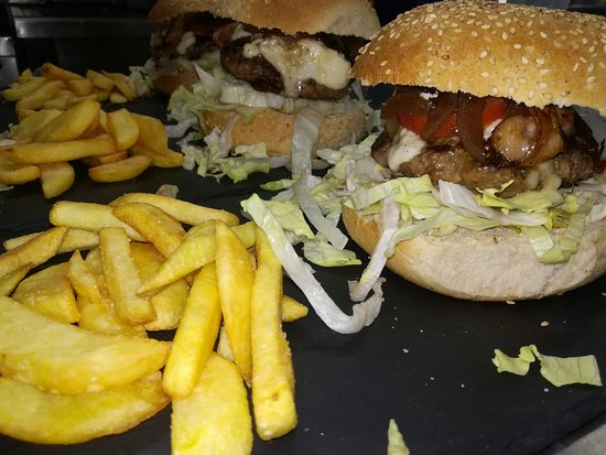 Pedara, Ιταλία: Burger, insalate, piatti unici, taglieri