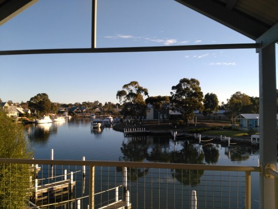 Paynesville, Australia: View from the water-side bedroom of room 19