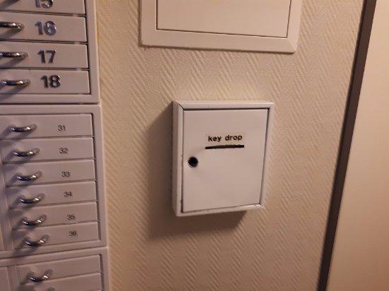 Kloten, Swiss: Ящик, куда бросают карточку номера при выезде